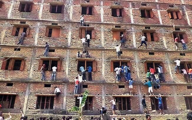 Indianos escalam prédio escolar para passar cola para estudantes na cidade de Hajipur