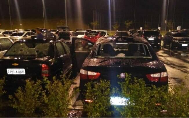 Carros destruídos pelo granizo no Rio de Janeiro