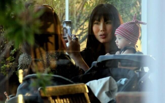 Daniele Suzuki e o filho Kauai são fotografados por Alessandra, irmã da atriz