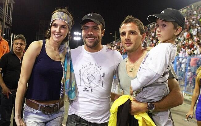 Deborah Secco e Roger Flores posam ao lado do jogador Montillo