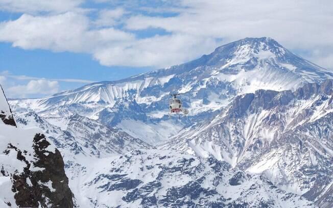 Esquiar está na lista de o que fazer em Santiago? No Valle Nevado há uma estação em que o turista pode alugar todo material