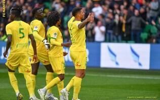 Dani Alves marca, mas PSG é derrotado pelo Nantes e adia conquista de título