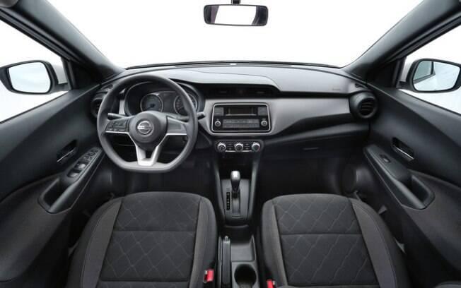 Interior do Nissan Kicks S  é simples e menos equipado que no 2008, mas o espaço é maior que no Peugeot