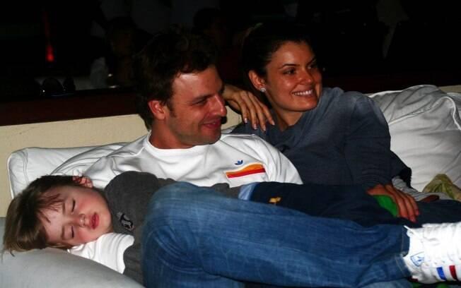 Cássio Reis e a namorada Paula curtem o show de Cláudio Zoli enquanto Noah dorme em seu colo