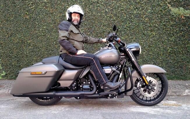"""A Harley-Davidson Road King Special tem roda dianteira de 19"""" e estilo dark"""