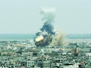 Violência. Foguete explodindo ontem em Rafah, ao sul da Faixa de Gaza, região habitada por civis, foi um dos lançados por Israel