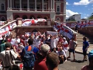 Ingleses se aglomeram em festa próximo ao Teatro Manaus