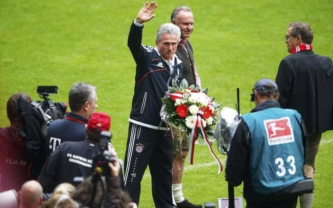 Técnico Jupp Heynckes recebe homenagem do  Bayern na festa do título, seu último à frente da  equipe