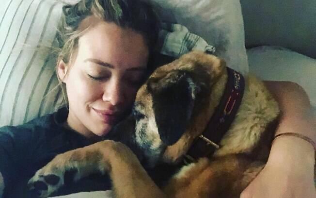 Hillary Duff em um momento de muito carinho com sua cachorra Lucy, que já é parte da família
