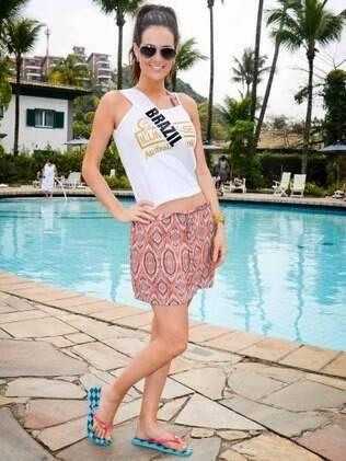 Priscila Machado, a Miss Brasil, aproveita dia na beira da piscina