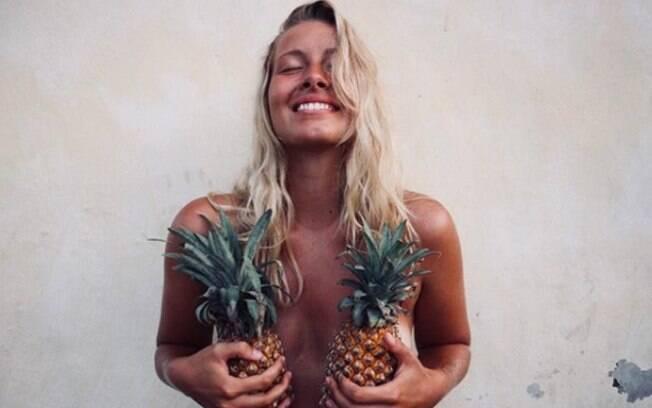 A tendência chamada de 'pineapple boobs' é, basicamente, publicar fotos usando abacaxis ou outras frutas como 'sutiã'