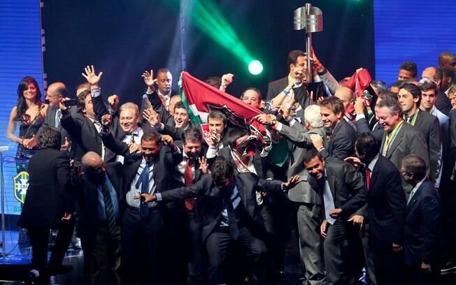 Jogadores, comissão técnica e dirigentes do  Fluminense erguem a taça de campeão