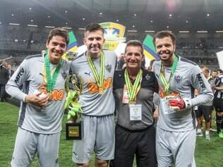 Chiquinho ao lado dos três goleiros do Atlético: Uílson, Victor e Giovanni