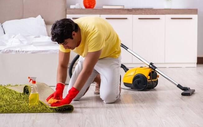 Além de pensar nos produtos para limpar a casa, é importante não acumular objetos que podem acumular poeira