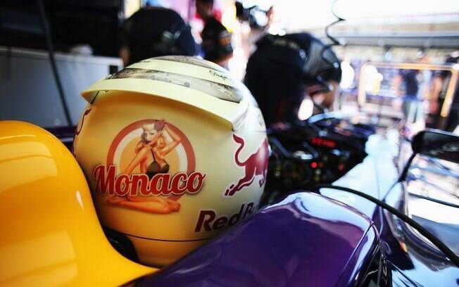 Capacete do tricampeão da F1 Sebastian Vettel  leva o desenho de uma pin-up e um 'segredinhho'