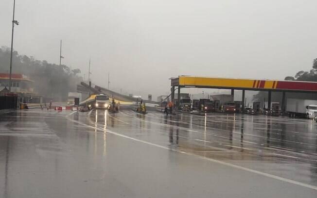 Acidente na rodovia dos Bandeirantes no Km 36, em Caieiras, no sentido São Paulo, deixou duas faixas interditadas