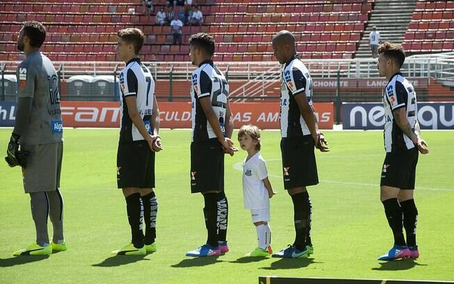 Jogadores do Santos ficam perfilados para que o hino nacional seja reproduzido