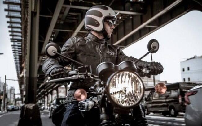 A motocicleta remonta o estilo do pós-guerra, quando se iniciou a moda das viagens de moto e a busca por aventura