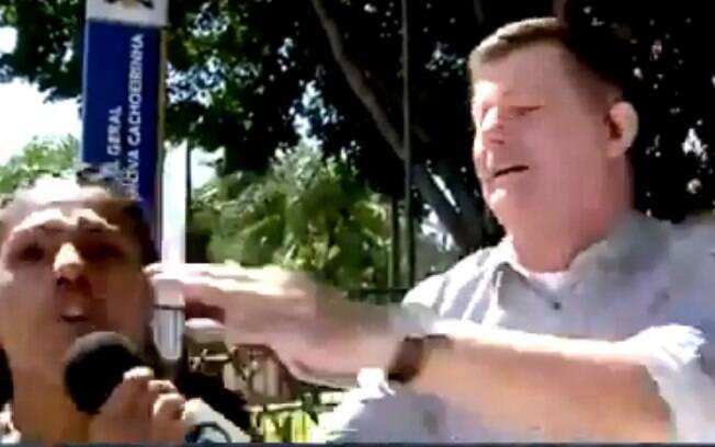 Mulher rouba microfone de repórter e critica globo