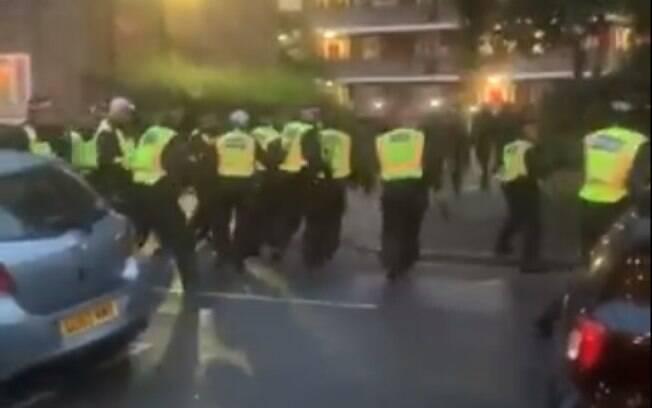 Vídeos mostram toda a confusão após a chegada da polícia no local
