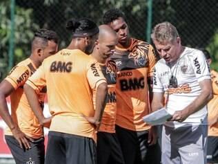 Paulo Autuori passa últimas instruções ao plantel atleticano antes de importante duelo frente ao Zamora
