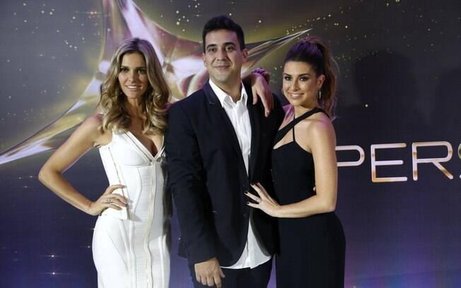 André Marques no meio de Fernanda Lima e Fernanda Paes Leme, suas colegas do 'SuperStar'
