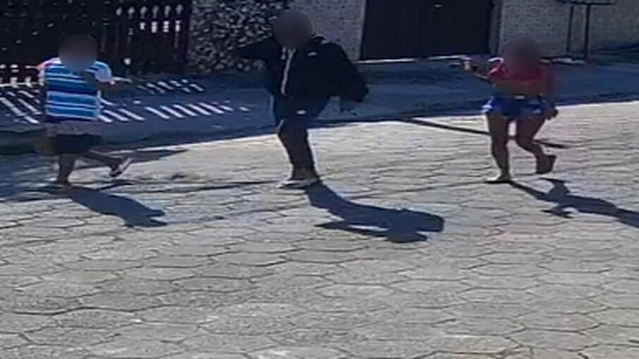 Mulher vista com os suspeitos após o assalto