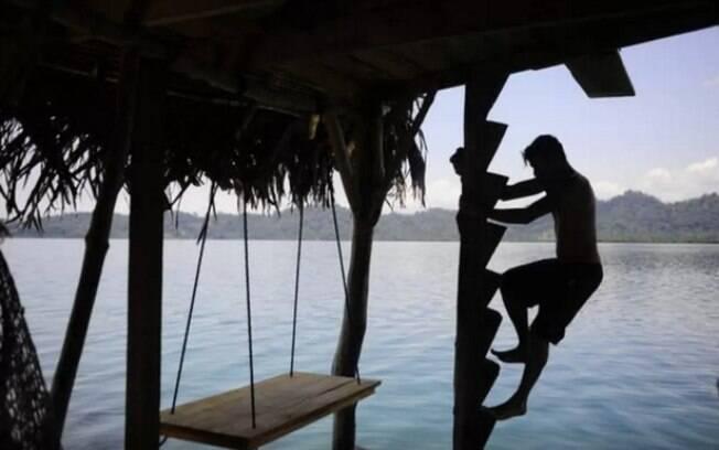 Cabana sobre palafitas na costa do Panamá: ilha sem estradas ou eletricidade