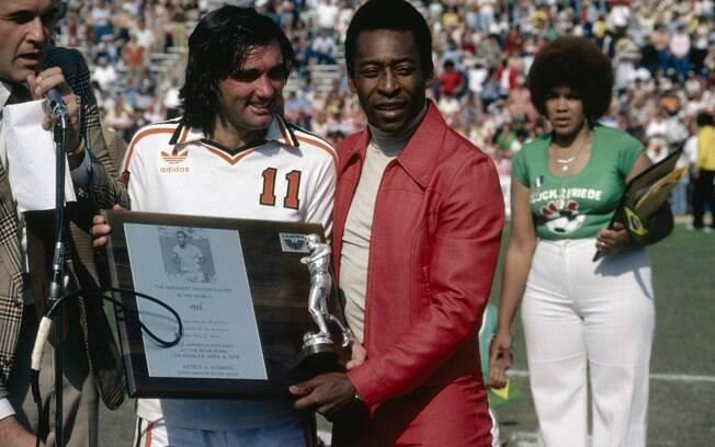 Pelé recebe placa de George Best em homenagem nos EUA em 1978. Foto: Getty Images