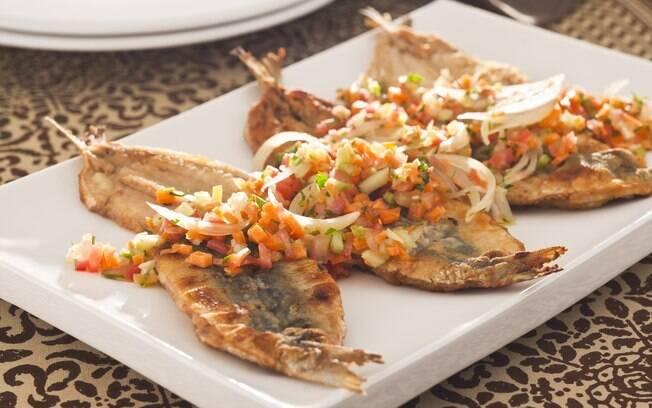 Clique na foto e aprenda a fazer sardinha grelhada com molho vinagrete