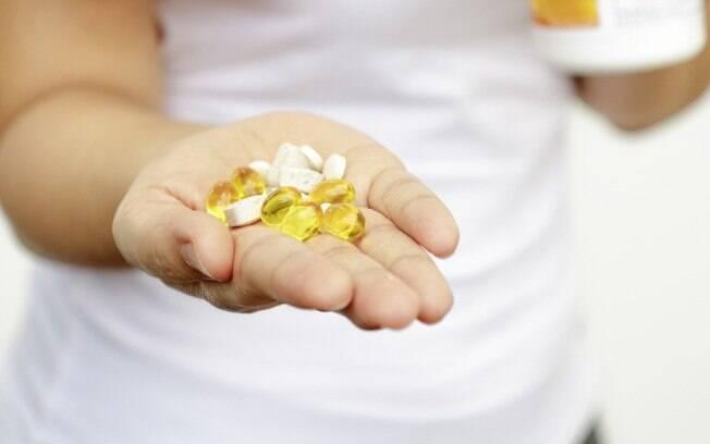 Em casos mais graves, a maneira de como eliminar as espinhas é tomando medicamentos, que devem receitados por um médico