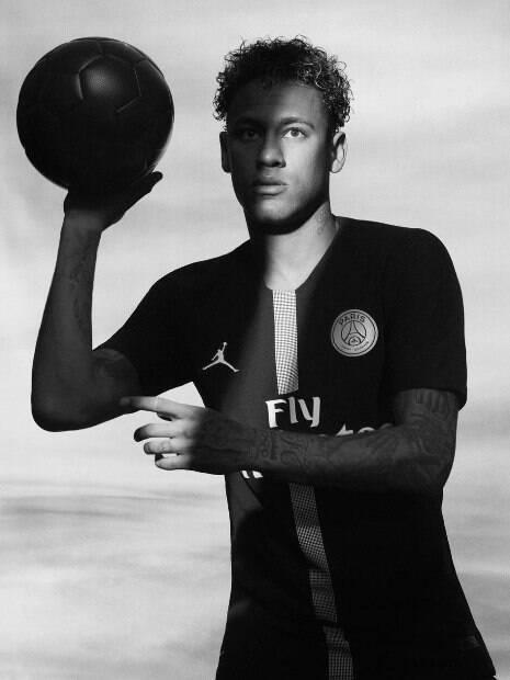 Neymar e a nova camisa do PSG com o símbolo de Michael Jordan
