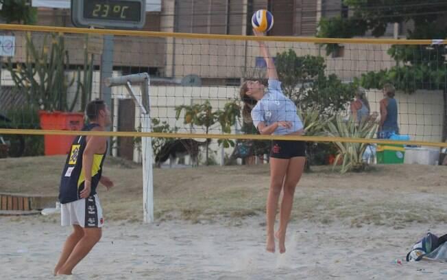Atleta do Flamengo, Sasha treina com o time de vôlei em praia carioca