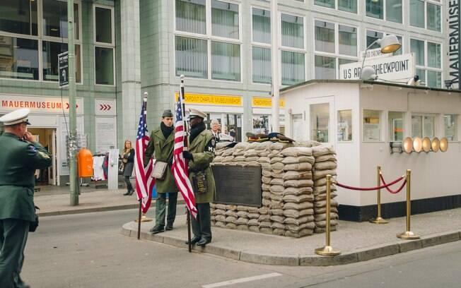 O Checkpoint Charlie é uma reprodução de um posto militar  que era ocupado por americanos em Berlim