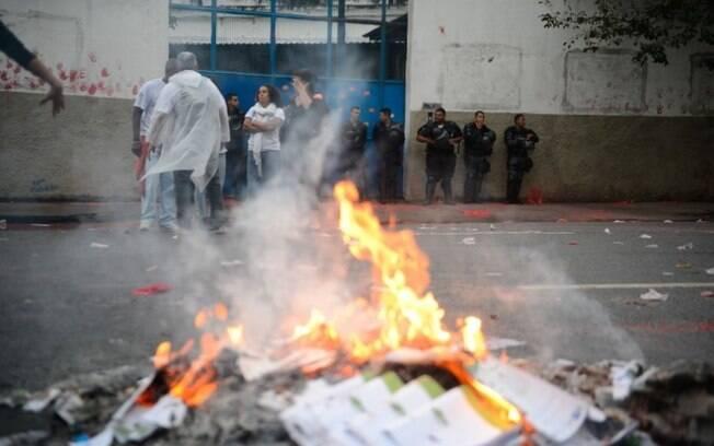 PMs auxiliam em protesto de professores e estudantes contra a violência em frente à  sede da Seeduc, em Santo Cristo