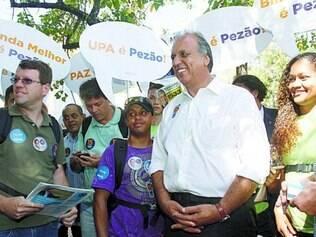 Campanha. Luiz Fernando Pezão durante caminhada na Praça XV, no centro do Rio de Janeiro, ontem