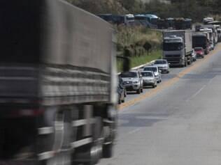 Foto registrou o grande congestionamento formado, na sexta-feira (15), na saída do feriado pela BR-381, no sentido Vitória