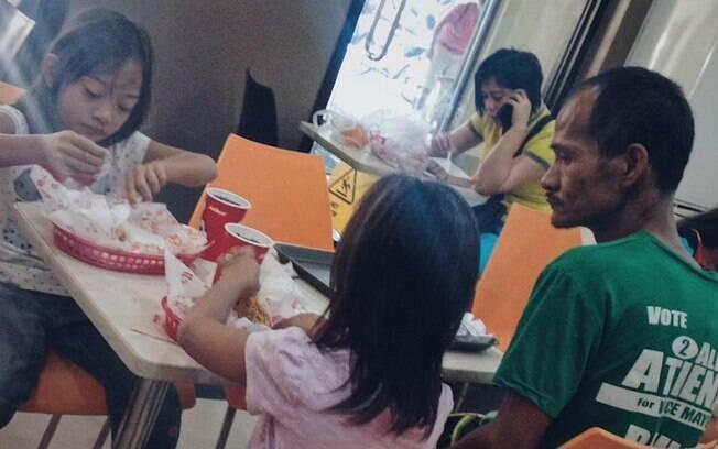 Foto da família comendo em uma famosa rede de fast food foi publicada no Facebook e gerou corrente do bem na web