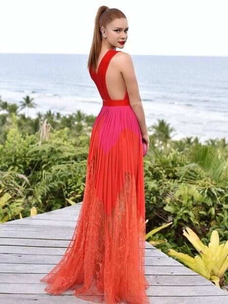 Marina Ruy Barbosa rouba a cena em casamento com vestido de R$ 41 mil