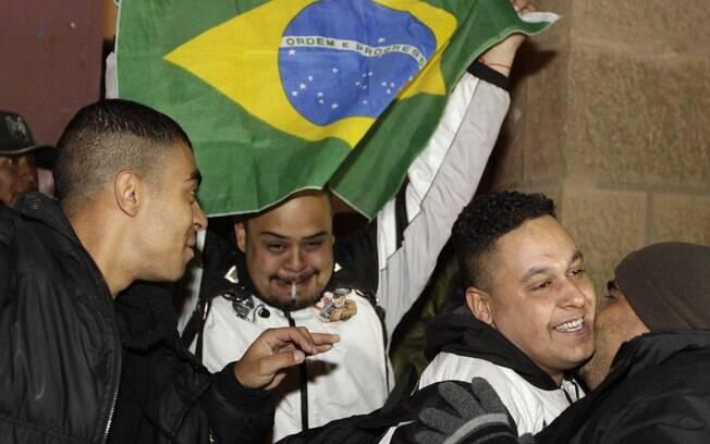 Corintiano exibiu a bandeira do Brasil ao  deixar a prisão na Bolívia