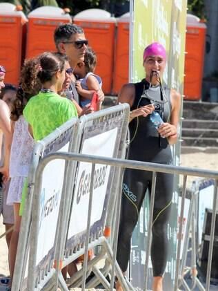 Cynthia Howlett  participa de campeonato de natação no Rio de Janeiro e ganha o apoio do marido, Eduardo Moscovis, e do filho