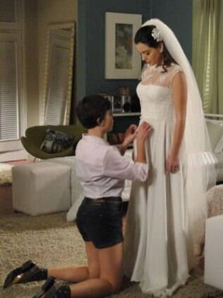 Cecília ajuda a irma e tenta convencê-la a desistir do casamento