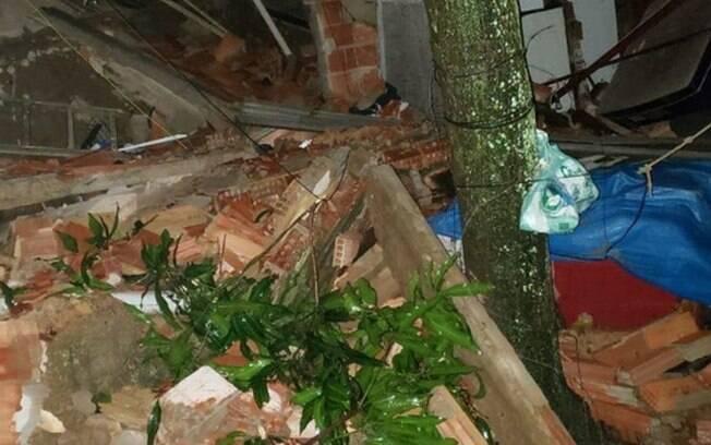 Os destroços da casa que desabou em Bangu