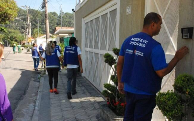 Agentes de saúde visitam casas na zona oeste de São Paulo, região mais afetadas por casos neste ano. Foto: Divulgação/Prefeitura de São Paulo