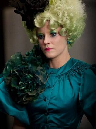 O visual da personagem Effie Trinket, interpretada por Elizabeth Banks no filme