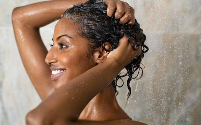 Imagem ilustrativa de uma mulher tomando banho