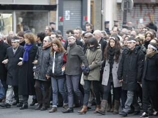 Equipe do jornal Charlie Hebdo, com o cartunista Renald Luzier (de bigode, no centro)
