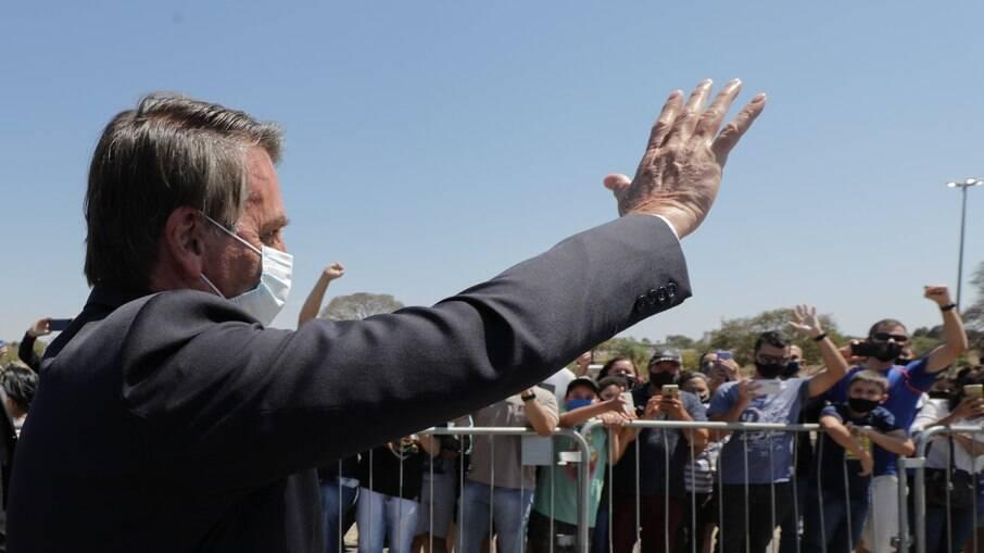 Jair Bolsonaro (sem partido) acena para apoiadores