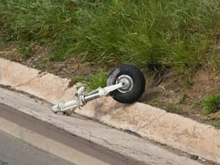 CIDADES - BELO HORIZONTE MG - BRASIL - 30.12.2014 - Aviao Cesna C210 caiu na marginal do Anel Rodoviario em Belo Horizonte MG. Foto: Douglas Magno / O Tempo