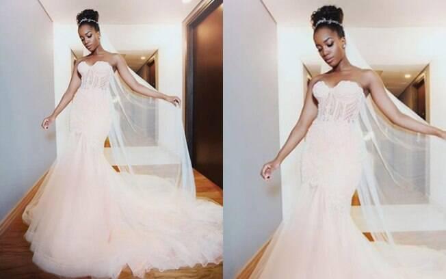 Iza usou um vestido de noiva com a causa rosa chá e detalhes em off white, seguindo uma tendência que está em alta